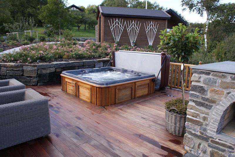 Arctic spas hot tub sunk in deck garden for Whirlpool garten mit balkon pergola